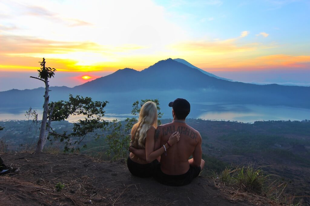 couples coordinates sunrise hike mt batur bali indonesia how to take amazing travel photos as a couple