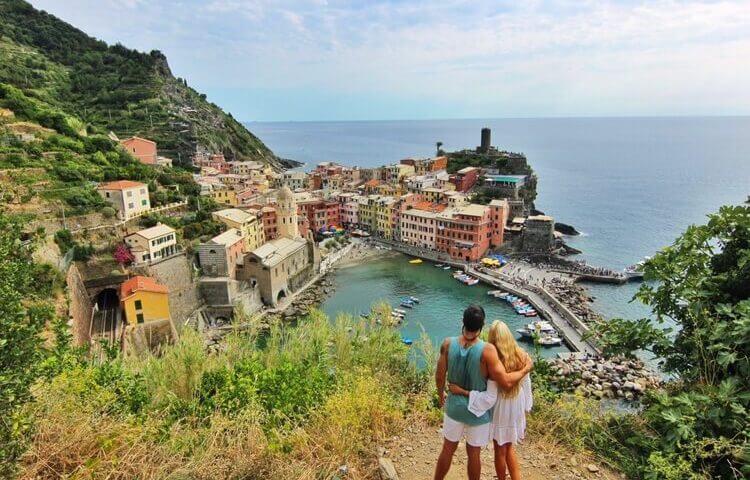 couples coordinates amalfi coast vs cinque terre vernazza