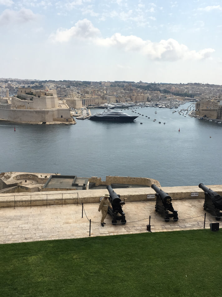 couples_coordinates_malta_travel_guide_noon_day_cannon