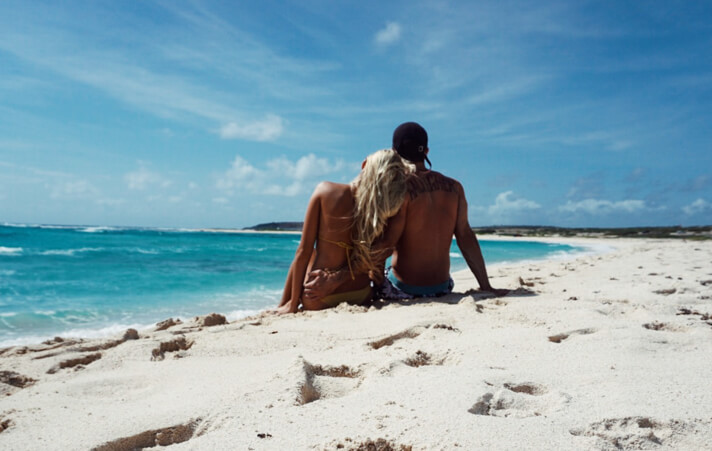 couples_coordinates_cheap_honeymoon_destinations_aruba