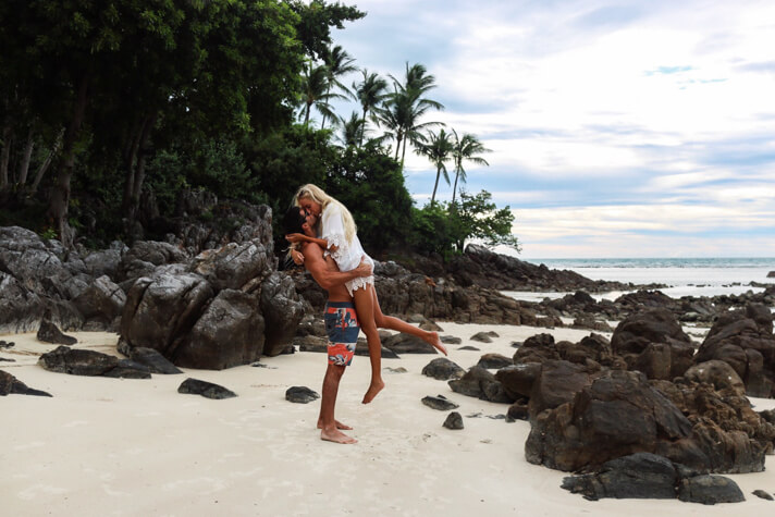couples_coordinates_thailand islands four season koh samui kissing