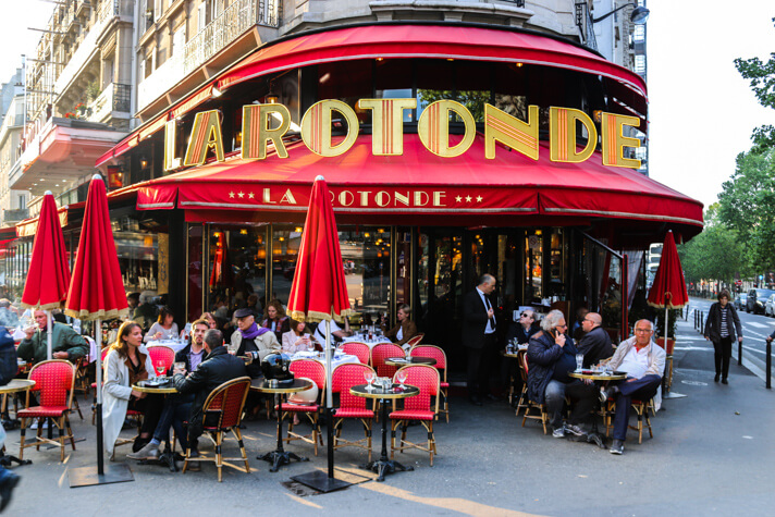 couples_coordinates_cheap_paris_guide_cafe_de_la_rotonde_how_to_have_an_affordable_luxury_experience_in_paris